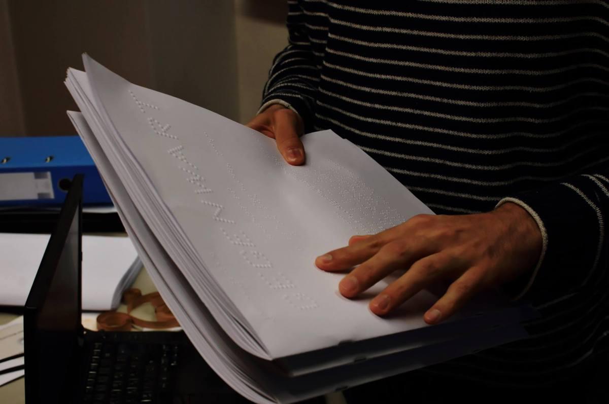 Papier mit Braille-Schrift