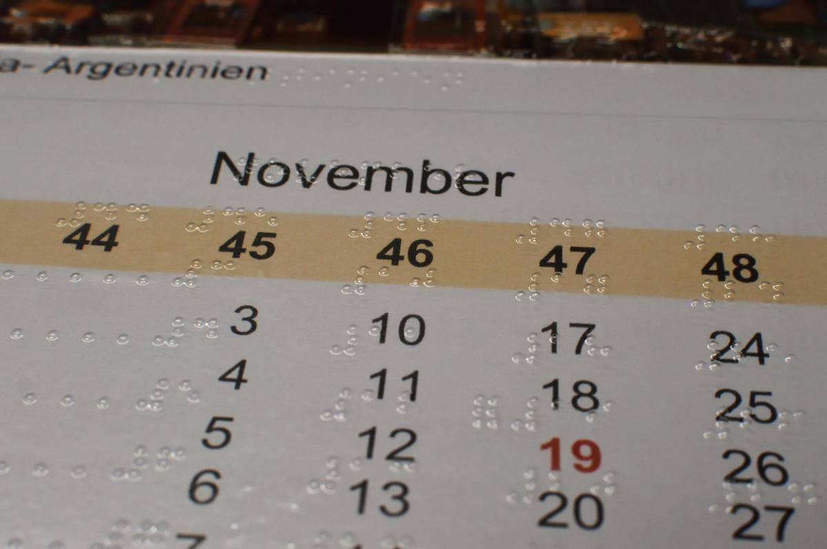 Kalender mit Braille-Schrift