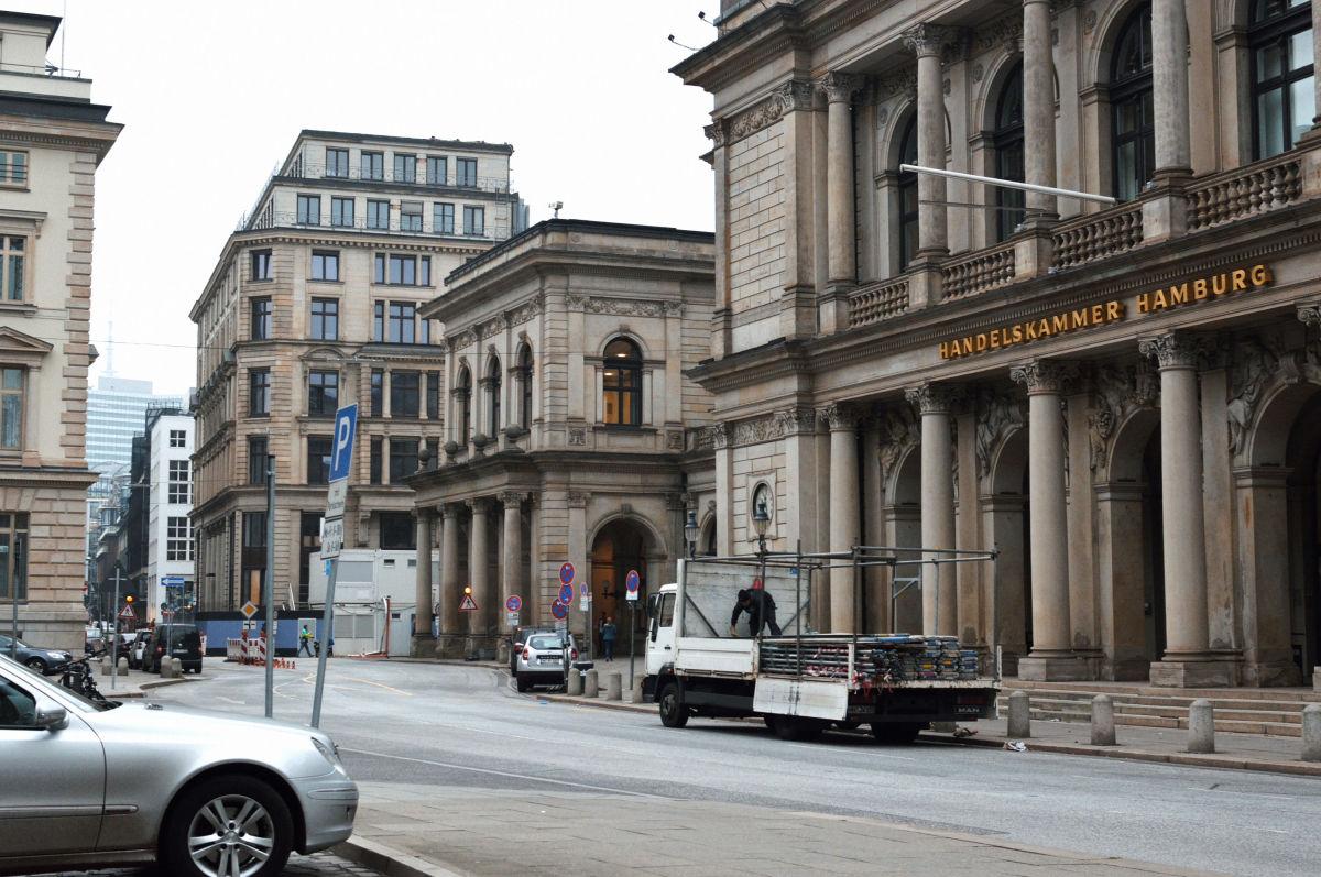 Straßenszene vor der Handelskammer