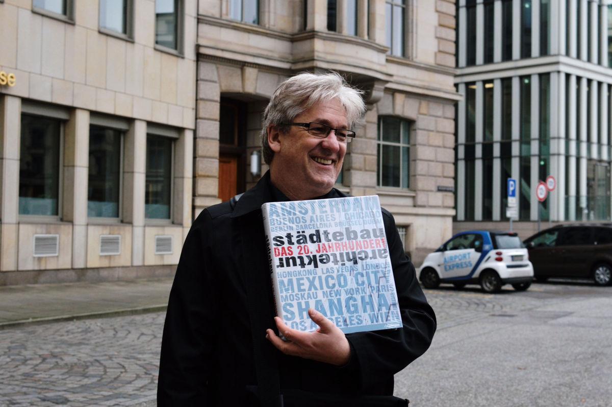 Hendrik Neubauer mit Buch