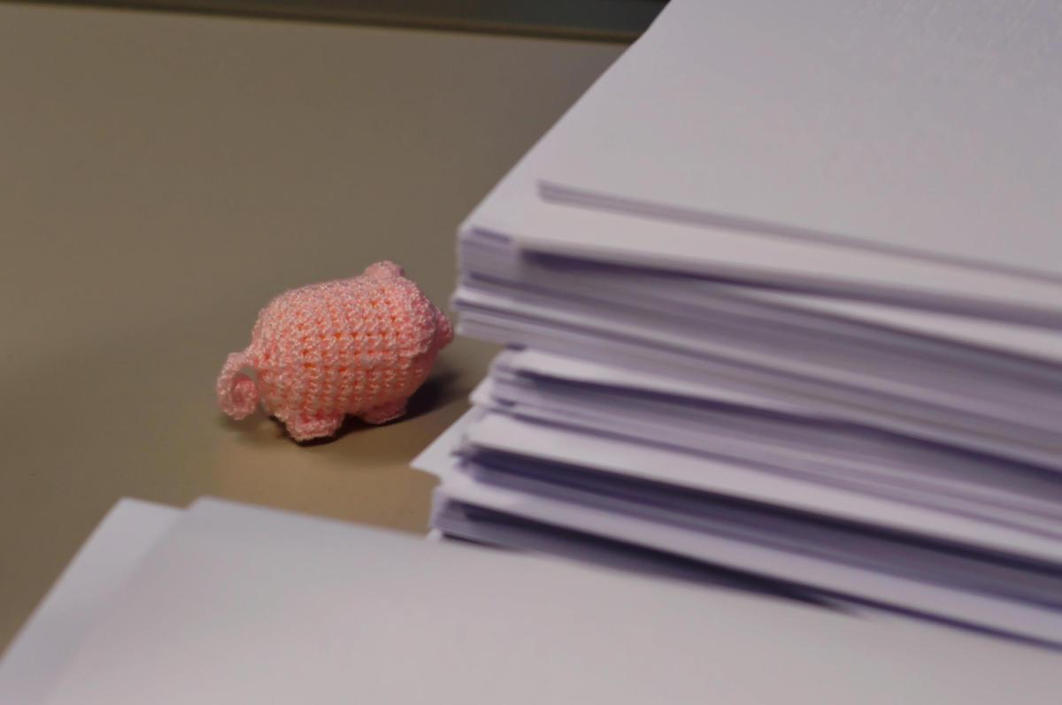 Häkelschwein auf dem Schreibtisch