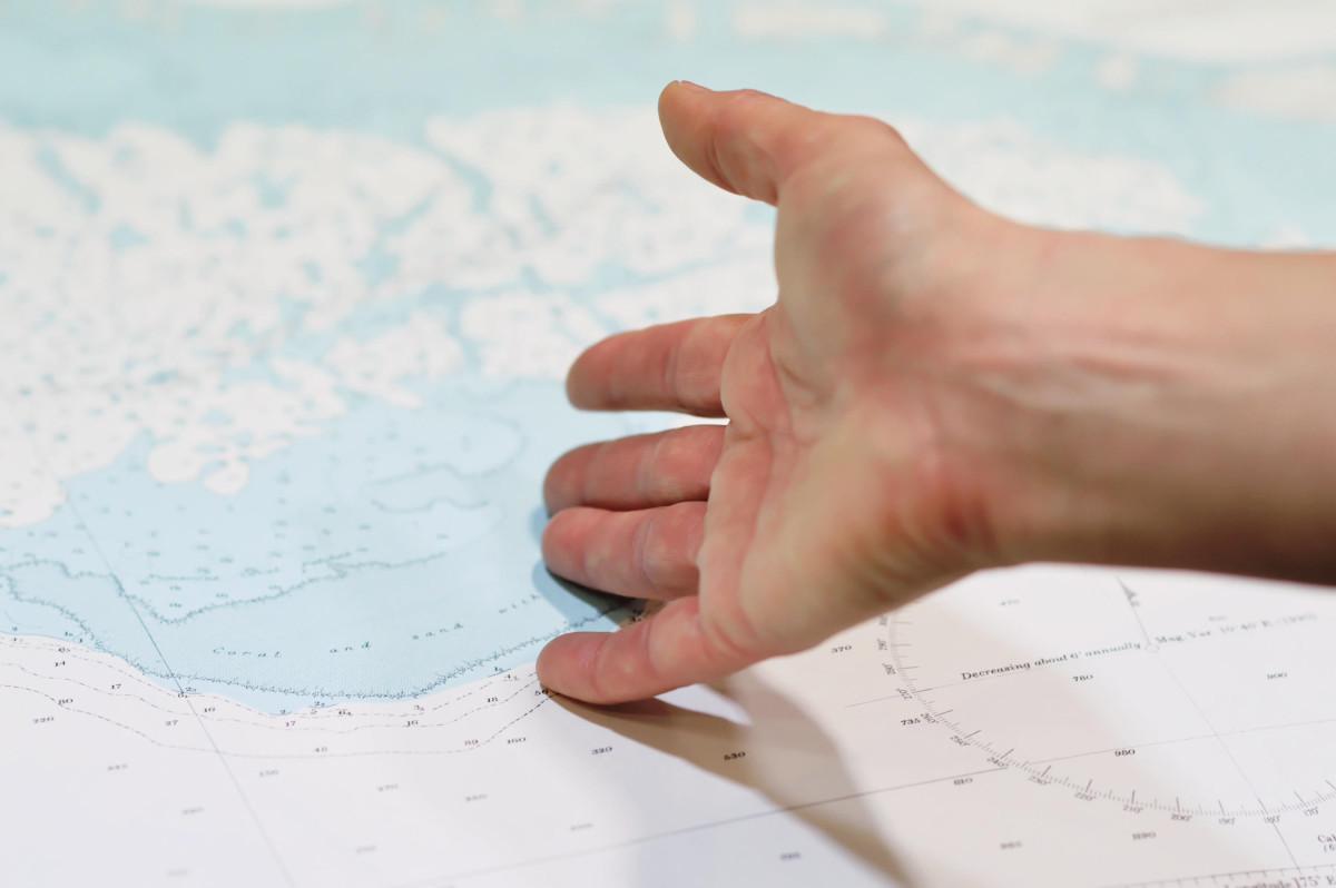 Seekarte und Hand
