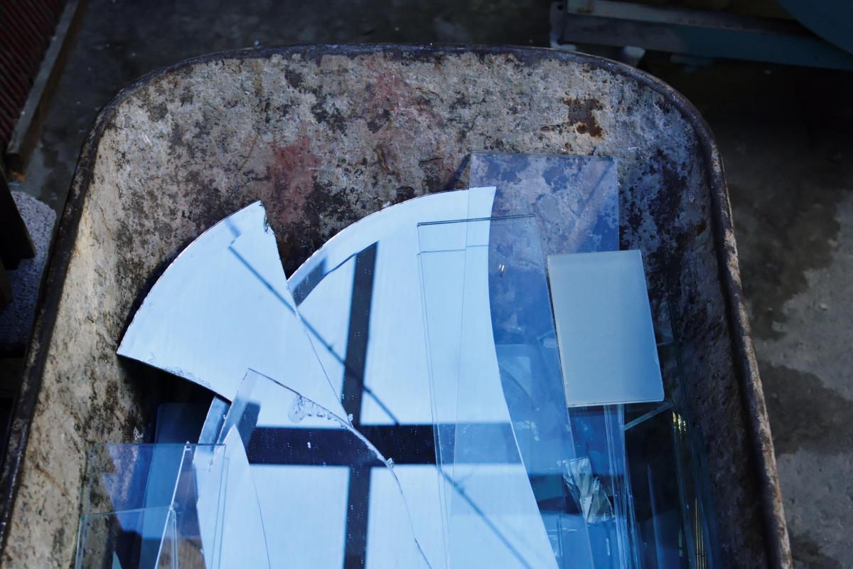 Schubkarre mit Glasscherben