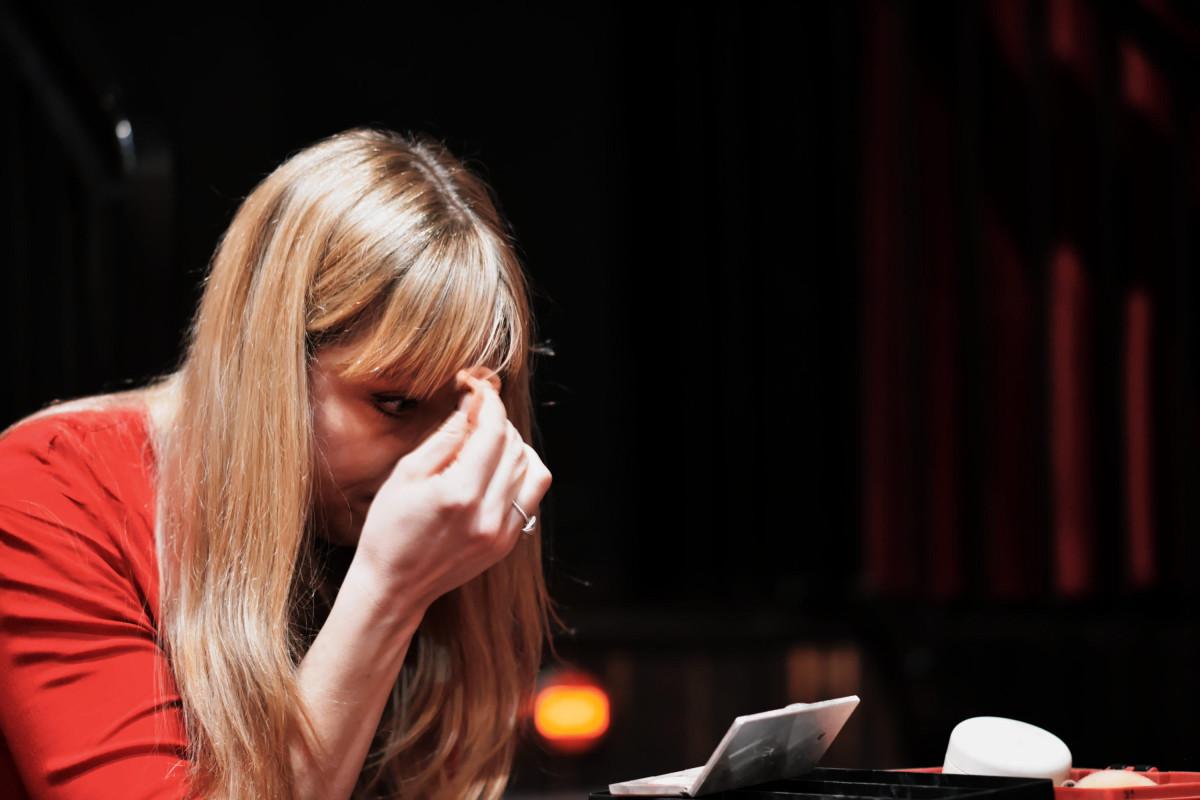 Mirja Regensburg schminkt sich