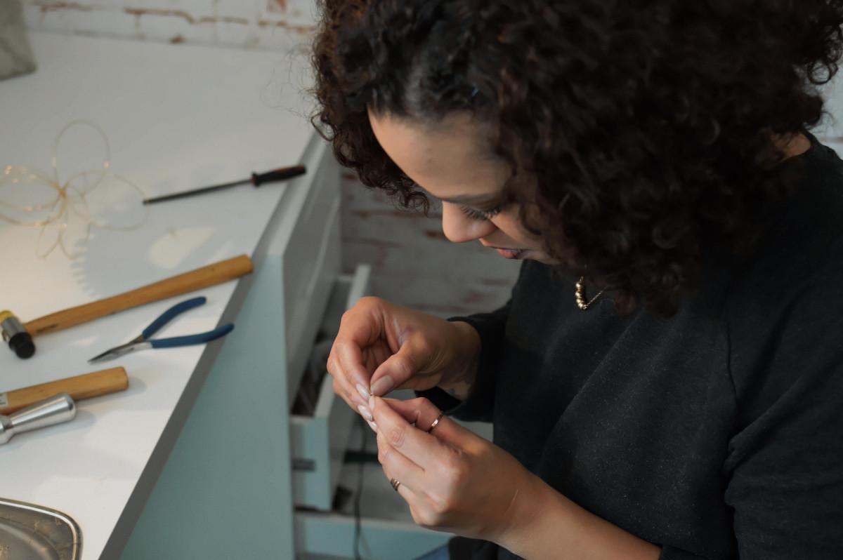 Esther Ajai bei der Arbeit