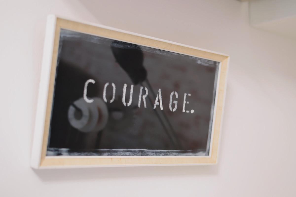 """Schild """"Courage"""""""