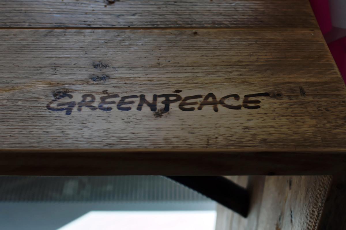 Tisch mit Greenpeacelogo