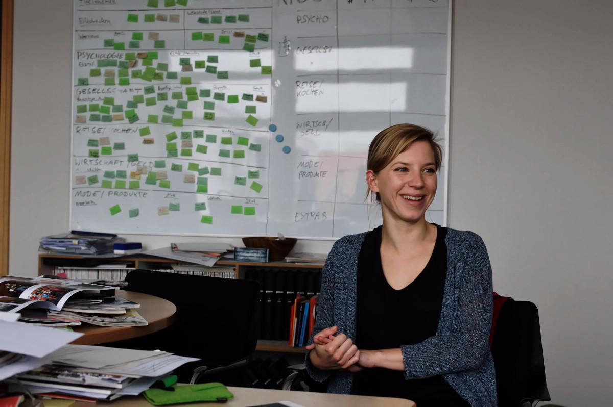 Anke Helle an ihrem Schreibtisch