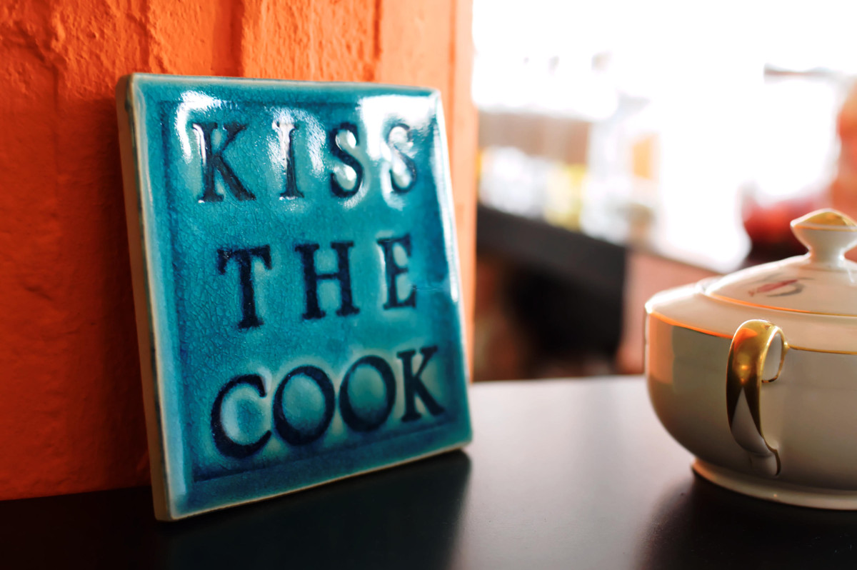 "Schild ""Kiss the cook"""
