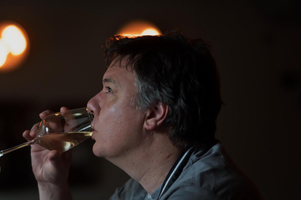 Oliver Trific trinkt Wein
