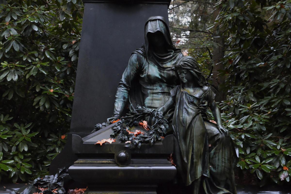 Eine Skulptur von Trauernden