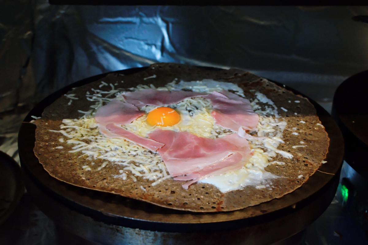 Galette mit Käse und Ei und Schinken