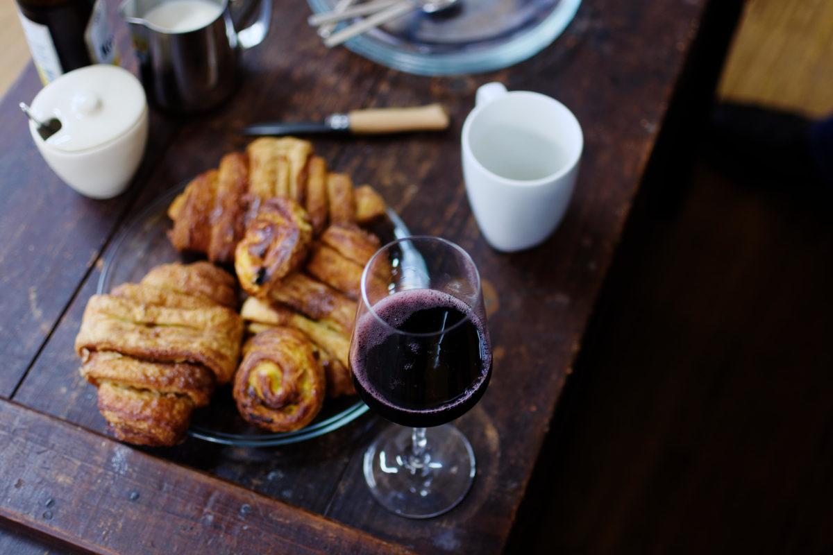 Rotwein und Franzbrötchen