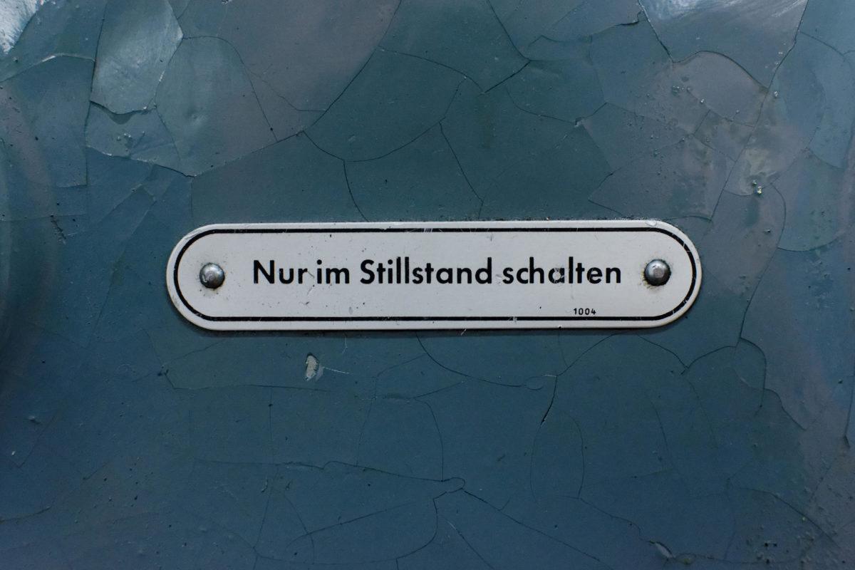 """Schild """"Nur im Stillstand schalten"""""""